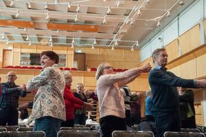 Träning för säkra steg och för att förebygga fallolyckor var en av föreläsningarna som erbjöds under fredagen tillsammans med Friskis och Svettis. Deltagarna fick även prova på att träna under föreläsningen.