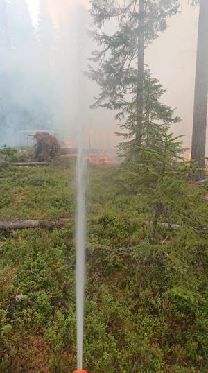 Brandbekämpningen mellan Enskogen och Kårböle under lördagen, fotat strax efter lunch.Foto: Johan Jansson/räddningstjänsten
