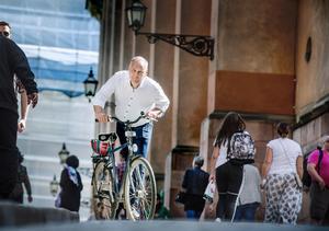 Vänsterledaren Jonas Sjöstedt  är beredd att kliva på – både cykeln och i regeringen.