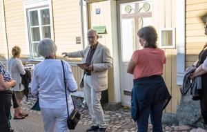 Ett 30-tal kom till första stadsvandringen i år. Daniels Sven Olsson berättar om Carl Larssons skolhushåll.
