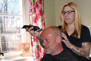 Jens Edvinsson hade väldigt kort hår redan innan Anna Blomberg drog fram hårtrimmern, men det är ändå samvaron som är mest betydelsefull för honom förklarar han.
