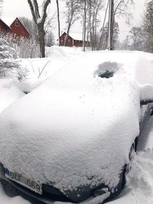 Så här mycket snö hade vräkt ned vid niotiden på söndagen i Rö. Foto: Peter Gropman