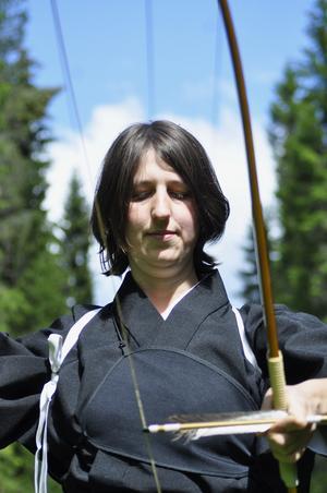 Kyudo är en av de japanska budo kampsporter som tidigt blev en form av träningsutövande istället för att vara en stridskonst.   I Sverige finns det klubbar i Stockholm, Uppsala, Skellefteå och Linköping, och så Monica Lundström i Sörviken.