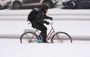 En cykeltur i vinterväglag har sina nackdelar.  Per Edström undrar om politikerna verkligen menar allvar med att fler ska låta bilen stå? Kostnaden sånär som drivmedlet är samma oavsett om bilen används eller inte, menar han.