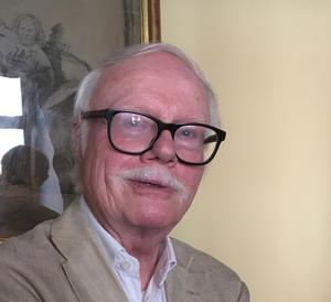 Fredric Bedoire avfärdar teorin om en äldre biskopskyrka på Domkyrkans plats i sin nya bok om Katedralen i Västerås. Foto: Anders Lif.