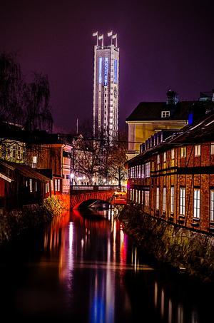 En bild på stadshuset på natten på bron mellan Hattfabriken och Cirkus