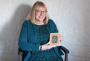 En stolt Karin Sundell, Sundsvalls Museum, med nyförvärvet. Även ramen ör typisk för 1840-talet; redan på 1850-talet fick de mer rundade hörn. Bild: David Schreiner, Sundsvalls Museum