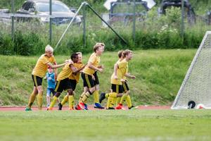 Bälinge firar sitt första mål i finalen.