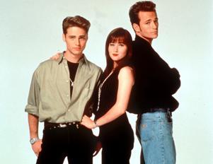 Brenda (Shannen Doherty) omgiven av brorsan Brandon (Jason Priestley) och kärleken Dylan McKay (Luke Perry). Foto: SCANFOTO/CAMERAPRESS