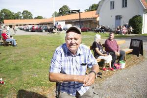 Sören Lundberg 76 år satte sig ned på sin rollator för att titta på folk.