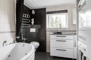 Det ena badrummet har bubbelbadkar.