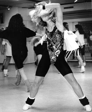 Här fuskar vi lite, och bjuder på en bild från december 1990. Kommer ni ihåg skärningen på träningsdräkterna? Oj, oj. På den här bilden står bara Sofia Andersson och discodans. Vet någon var vi är?