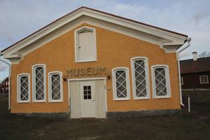 Här i det gamla museet vid Kilafors Herrgård får asylsökande svenskundervisning.