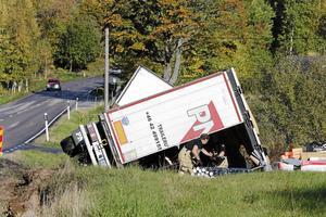 16 olyckor på tre år har inträffat på vägsträckan mellan Hammarsundsbron och länsgränsen. En av dem var den här singelolyckan med en lastbil i oktober 2017. Arkivbild: NA/Håkan Risberg