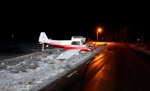 Flygplanet fick stopp någon centimeter från asfaltskanten.