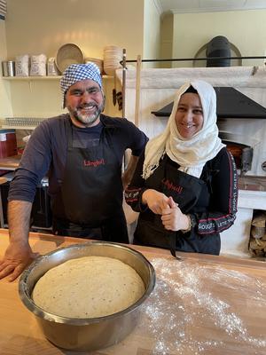 Ammar och Asma från Syrien lär ut matlagning från Mellanöstern i kök och bagarstuga i Långhed.  Foto: Margareta Englund