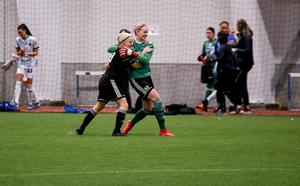 Malin Jonsson och målvakten Linn Persson firar semifinalsegern mot Sandviken.