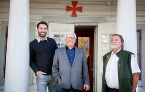 Nicholas Thalén, Staffan Ternby och Anders Bruse  står vid entrén till Igelsta gårds huvudbyggnad. Efter övertagandet från kommunen har frimurarna lagt ner ett stort arbete på renovering av fastigheten.