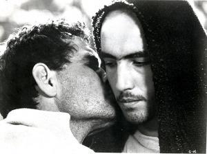 Judas (Otello Sestili) förråder Jesus (Enrique Irazoqui) med en kyss i Pasolinis film