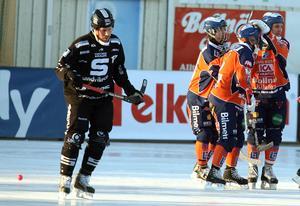 Mikko Lukkarila jublar med Jimmy Lindgren och Markus Ståhl efter 2–0-målet i fjärde semifinalen på Sävstaås. Bollnäs vann med 4–3 efter ett förlängningsmål av Per Hellmyrs, vilket innebar 2–2 i matcher. På bild syns även Daniel Mossberg som blev klar för Bollnäs tidigare i våras. Bild: Pernilla Wahlman / TT
