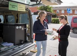 Elin Crona köper närproducerad mat av Caroline Parnéus på rekoringen som organiserades i samband med Bondens marknad.