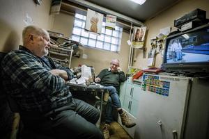 Erolf och Lennart är båda med i det gäng som samlas för gemensam fika varje fredag. Det har de hållit på med i 35 år. De känner varandra sedan tiden med bensinstationen.