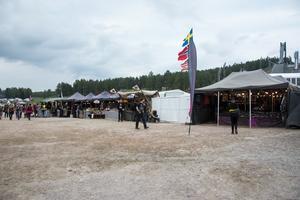 Flertalet stånd med merchandise produkter kan hittas på området.