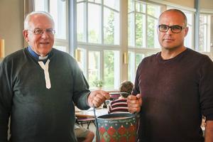Bo Johansson och Randy Crosson håller i första insamlingskorgen till flyktingarna.