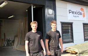 Kristoffer Hedberg och Dennis Andersson startade för ett år sedan i Kristoffers föräldrars garage. Nu har de egen verkstad på Näringen.