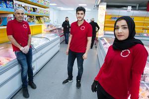 """Erikslunds Supermarket är en ny mataktör på handelsområdet. """"Det är stor efterfrågan på våra varor, och då passar Erikslund bra att ha affären"""", säger Sherzad Ayub (till vänster), som är anställd i affären. På bilden även ägarna Bahzad Ayub och Ilham Nazar."""