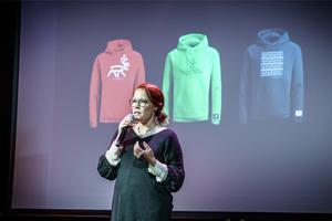 Erika Omma Unnes ska se till att VM-tävlingarna i skidskytte får en samisk prägel. I bakgrunden syns de profilkläder som har tagits fram inför tävlingen tillsammans med samiska konstnärer.