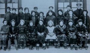 Allans klass på skolan i Hissmofors i början på 1930-talet. Allan står själv näst längst till höger  i bakersta raden. Bredvid honom står läraren Sven Brundell.Foto: Privat