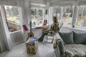 I storrummet har Monique Vermeer utsikt över hästhagarna på den tre hektar stora tomten.