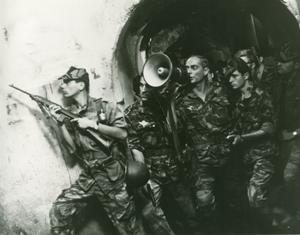 Jean Martin (med megafon) spelar de franska fallskärmsjägarnas befäl överste Mathieu i