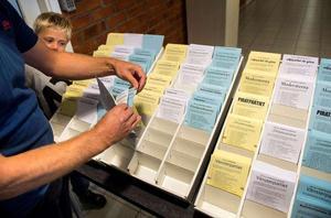 De flesta partier väljer låsta valsedlar – där det endast går att rösta på de förtryckta namnen. Men SD och somliga lokala partier har öppna valsedlar. Då kan väljaren skriva dit egna namn.