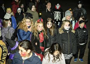 Många hade sminkat sig riktigt läskigt och deltog i zombiewalken under torsdagskvällen.