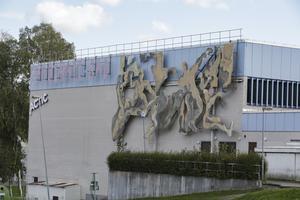 Färgen på de från början röda och gula figurerna hade bleknat till den grad att konstverket nästan smälte in i fasaden. Ommålningen är en del i firandet av Ludvika stad 100 år.