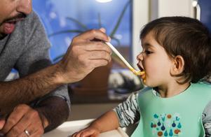 Om du är permitterad så bör du ta hand om ditt barn och inte belasta den ansträngda barnomsorgen med det du kan klara av själv. Foto: Isabell Höjman/TT