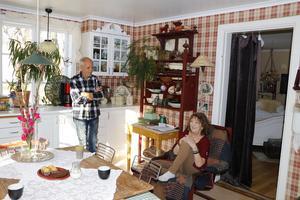Liselottes och Görans kök är stort och ljust och har plats för en vilhörna.