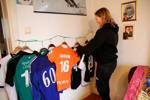 Matchtröjor från allehanda sporter hänger i vardagsrummet.