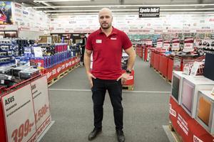 Johan Holm, butikschef Mediamarkt, Erikslund, anser att kunderna är väldigt prismedvetna.