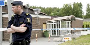 Polisen bevakar avspärrningen efter sprängdådet den 14 juni.