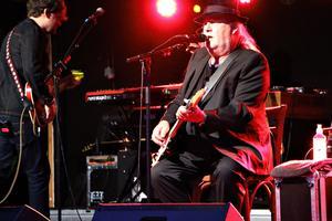 Plura Jonsson, känd framför allt som tidigare frontfigur i bandet Eldkvarn. Har på senare år figurerat i tv-programmet