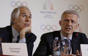 IOK:s Octavian Morariu, till höger, samtalar med Giovanni Malago, president i Italiens OS-kommitté. Foto: TT
