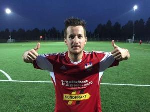 Robin Bergman i Härnösands tröja efter att han sänkt IFK Timrå med två mål för två år sedan. Nu spelar Bergman med Timrå som möter Härnösands FF på torsdag som TV-sänds på st.nu och allehanda.se. med Niclas Hälldahl som expert.
