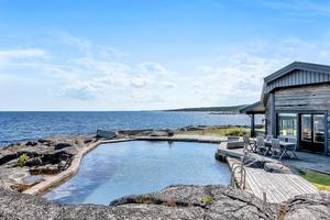 Trädäck är lagt mellan alla tre bostadshus och pool. Foto: Fisheye foto