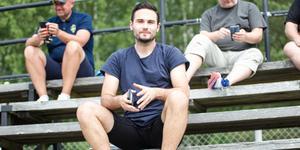 Sebastian Avdic på läktaren under Skiljebos match mot FC Gute.