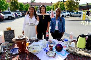 Merwa Yassin, Lina Masri och Siham Yassin sålde bland annat kaffe och kakor.