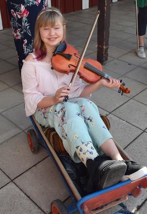 Alice Anngård – med foten i gipspaket  – fick en dröm uppfylld när hon rullade i tåget och spelade fiol.