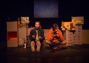 4:e teatern lyfter in döden och de ungas fria tankar om rymd och verklighet i sin nya föreställning. Mikaela Hagelberg och Andrea Björkholm som mor och dotter. Foto: Fredrik Lundqvist
